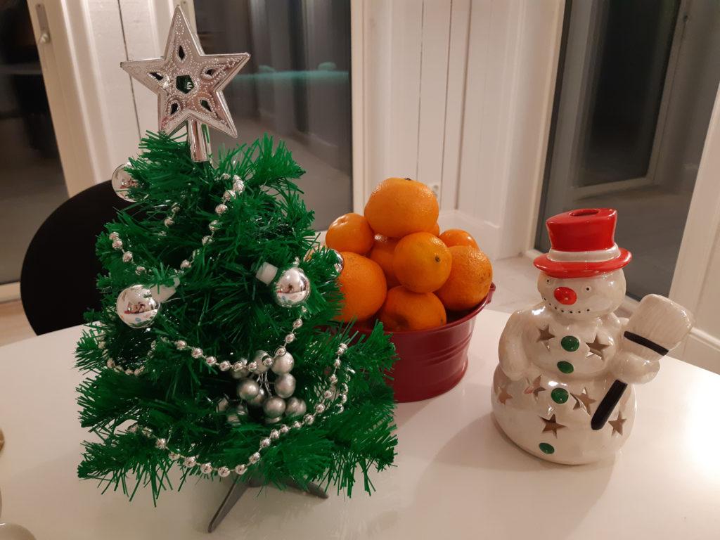 Snögubbe, julgran och mandariner